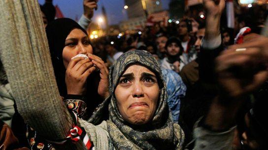 Uma jovem mulher chora na praça Tahir, após o anúncio da renúncia ao poder do presidente ...