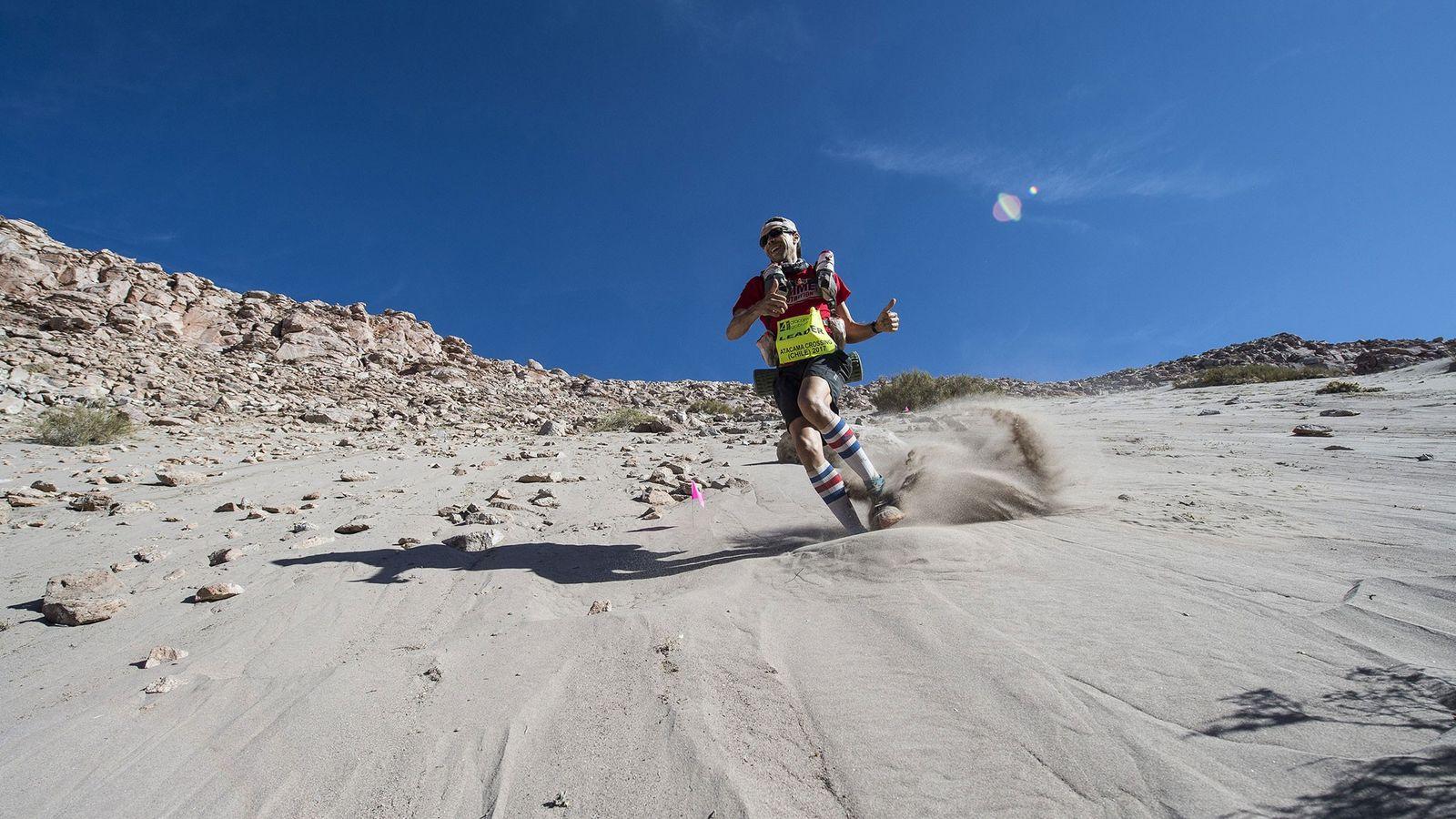 Zandy Mangold desce uma duna no deserto de Atacama.